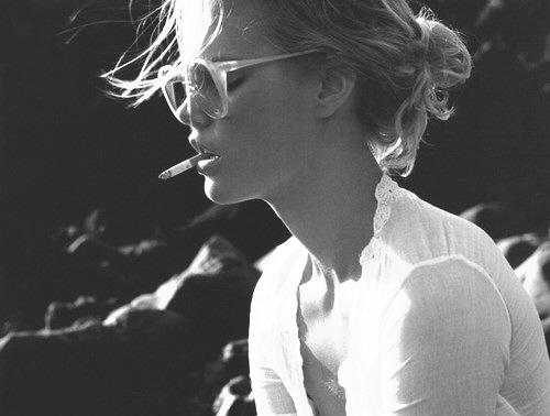 girl-beautiful-fashion-cigarettes-sunglasses-black-and-white-smoke_large